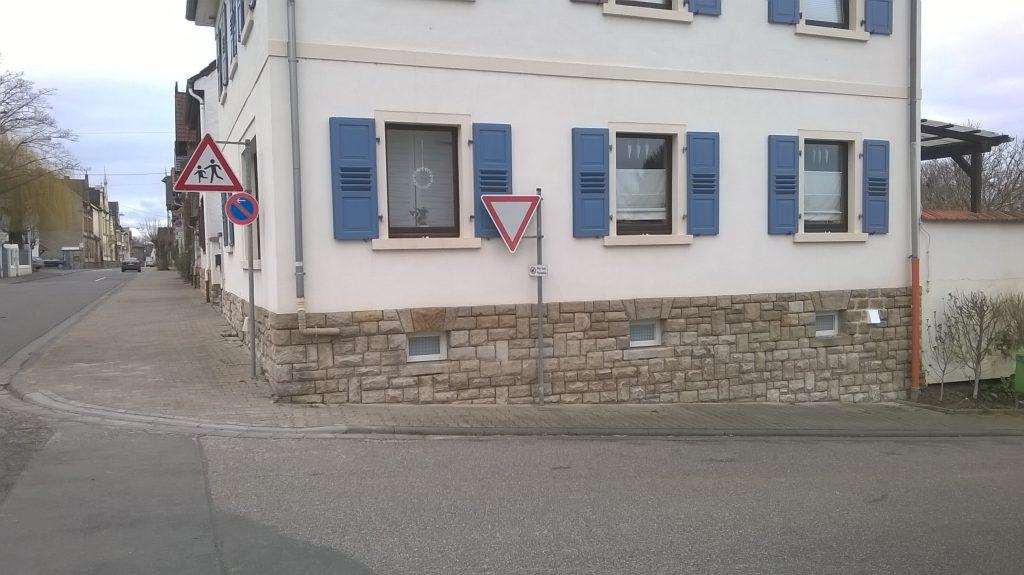 Absenkborde für Rollstuhlfahrer wie hier im Einmündungsbereich des Hahnheimer Wegs gibt es entlang der Staatsrat-Schwamb-Straße teilweise schon.